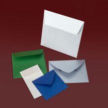 Мини пликове с различни форми и хартии, с размер 10 х 10 см и по-малки.