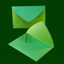 Правоъгълен зелен плик с триъгълен капак. Перлена хартия 120 г.