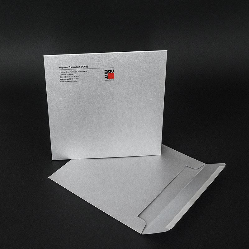 Квадратни пликове с цветен печат на лицето и залепваща лента. Хартия сребърна перла, 120 г.