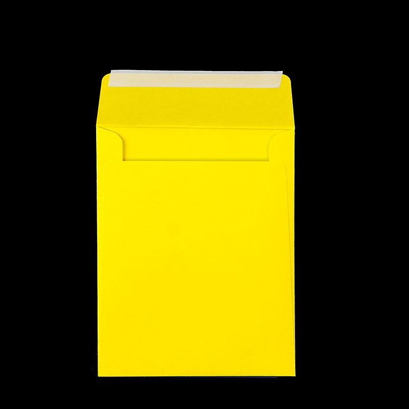 Вертикален плик с прав капак и залепваща лента. Жълта офсетова хартия, 90 г.