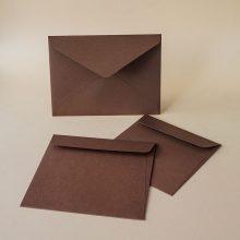 Кафяв квадратен плик с прав и триъгълен капак. Релефна италианска хартия, 160 г.