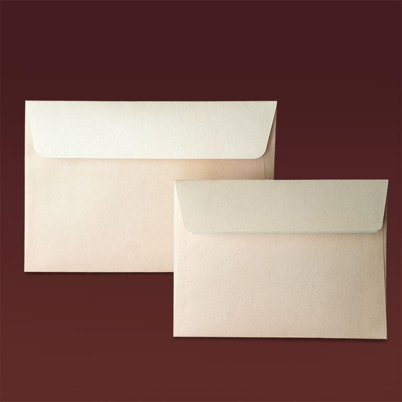 Правоъгълен плик с прав капак и залепваща лента. Хартия бледо розова перла, 120 г.
